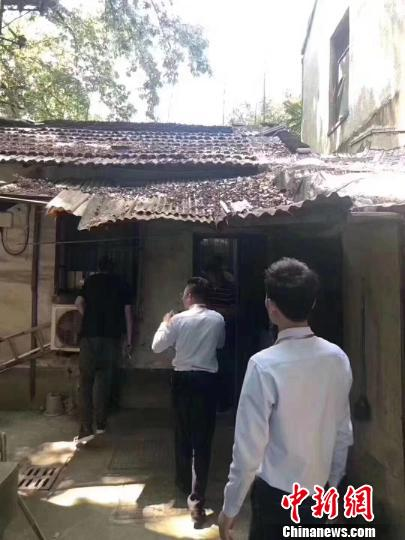 络绎不绝的房产中介和意向购房者站满了小屋里里外外。 视频截图摄