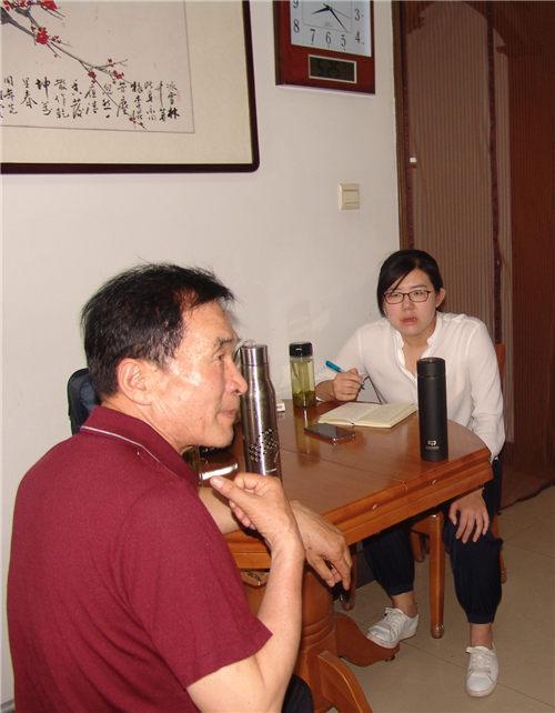 记者在曲阜一老人家中采访。