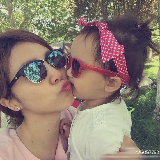 """""""多妈""""孙莉嘟嘴亲吻小女儿 两个都是少女 [有看点]"""