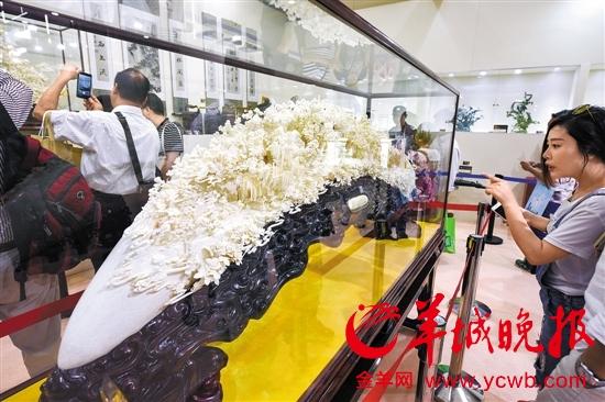 广东工艺美术大师张民辉的牛骨骨雕《南国明珠》在文博会展出