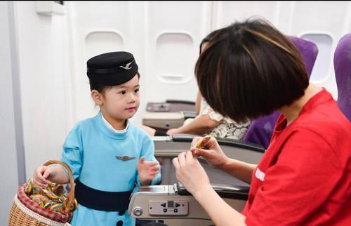 """飞往西安的航班上,出现了四位自称来自""""魔法王国""""的小空姐和小机长."""