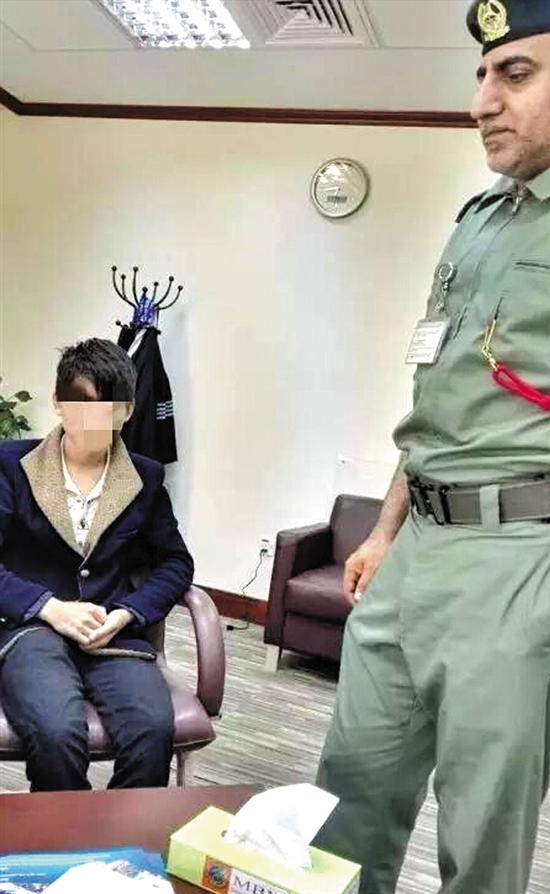 5月28日,巴中16岁少年徐某被移交迪拜检察院受审。两天前,他在上海一机场偷偷潜入阿联酋航空一客机货舱,偷渡至迪拜,在迪拜机场被当地警方抓获。这位少年表示,听说在迪拜当乞丐都能年入几十万元,于是萌生去闯一闯的念头。昨日,记者获悉,中国驻迪拜总领事馆已派人前往机场了解情况,目前案件仍在处理中。 A、他怎么去迪拜的? 客机货舱里待了9个多小时 华人勉金龙在迪拜国际城开设一家法律翻译事务所,此次担任徐某在检察院的翻译。 勉金龙告诉记者,徐某来自四川巴中,刚满16周岁。26日,徐某在上海一机场翻越围栏,趁保安不注