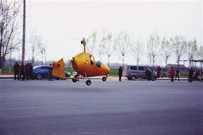 解保刚登上最新制造的飞机.孟宇光霍艳恩摄影报道