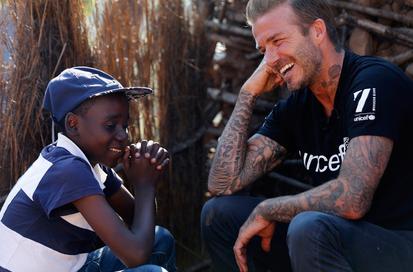 好有爱!贝克汉姆探访非洲患艾滋病儿童【星看点】