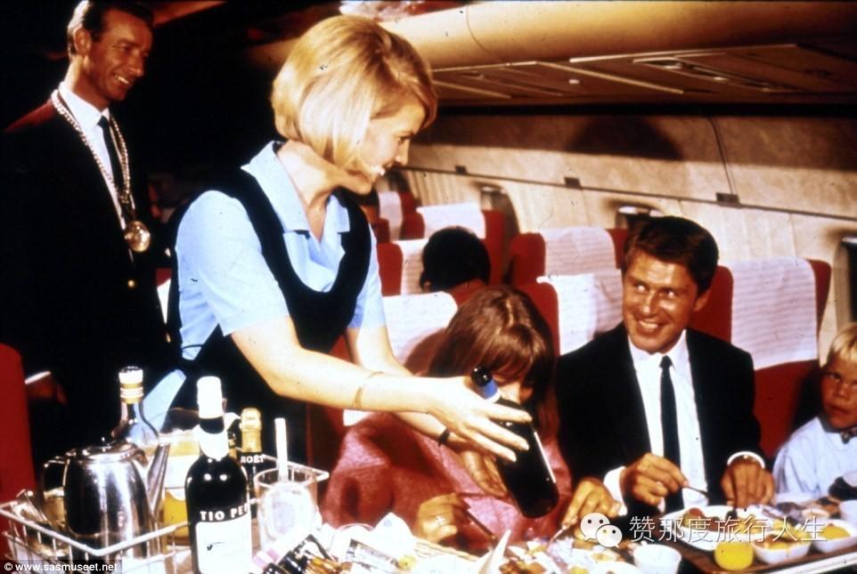 50年代的飞机机舱拥有超级宽敞的座位,用餐时可以同时点香槟和红酒.
