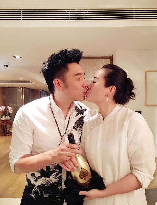 林依轮结婚21周年 与妻子甜蜜热吻(图)【星看点】
