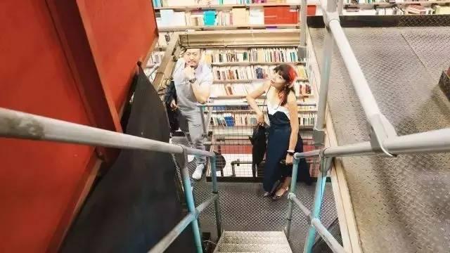 书店内挑高空间有钢结构分割三层
