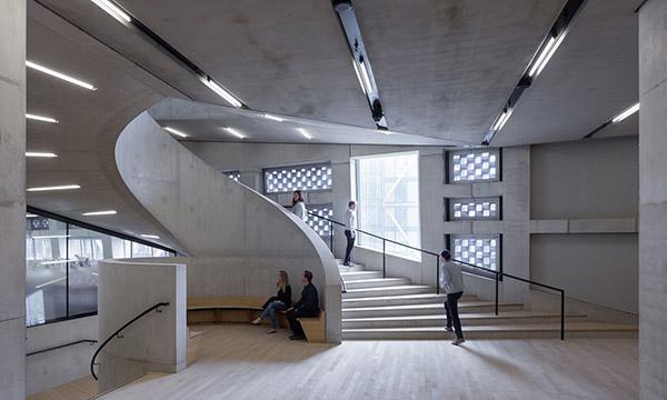 这也是泰特现代美术馆正在做的工作,希望和这些小型博物馆,不同国家的图片