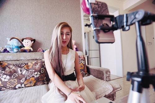 东北清纯妹子直播打牌、唠嗑挣外快:稳定月入过万
