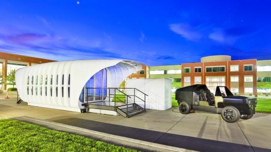 当地时间2015年9月23日,美国田纳西州,3D打印汽车和房屋。美国能源部橡树岭国家实验室利用3D打印技术,打造了一辆汽车和一间房屋,这辆汽车使用的电池能够与这间房屋配对,而房屋是通过屋顶的太阳能板为自己提供能源的。