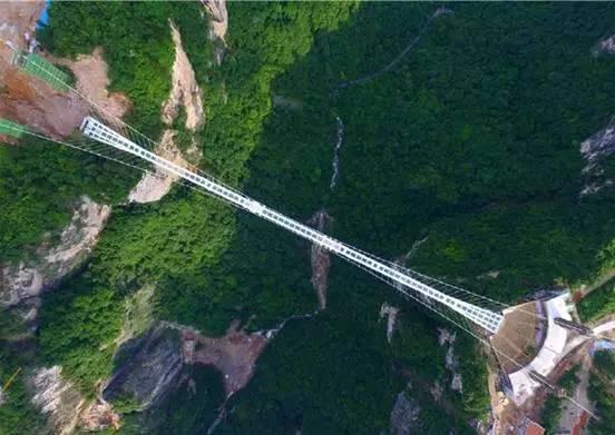 """美女很淡定 张家界被国外媒体熟知,莫过于它是阿凡达的拍摄取景地,但是张家界最近却因为这条横亘在张家界大峡谷上的玻璃桥,传遍海内外,美国CNN对这座桥进行了专题报道,同时列入世界11座最壮观的桥之一。 自从开始筹建以来,就吸引了不少人关注。而最近得到的消息是这个发生在""""张家界大峡谷玻璃桥""""的美丽传说,在7月正式向中外游客开放了! 张家界大峡谷玻璃桥 你敢不敢想象,自己走在一座全透明的桥上,横跨于山峰之间,脚上是仙境般的美景,脚下是万丈山谷,那时的你是无比之享受,还是胆战心惊? 张家界"""