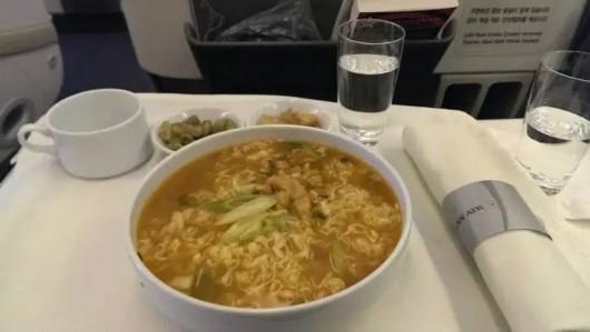 出国旅行什么最难满足?对,就是中!国!胃!在飞机上吃方面便简直是神技能,就像饭馆中的隐藏菜单一样。像汉莎、法航、国航、阿航、日航和加拿大航空、国泰等大部分的良心航空公司,只要飞行时间超过10小时,在机舱就会备有方便面。高端点的有日清开杯乐,甚至今麦郎、五谷道场。 以上这些东西,下次坐飞机就放心大胆的找空姐要吧,毕竟有些便宜,不占白不占!