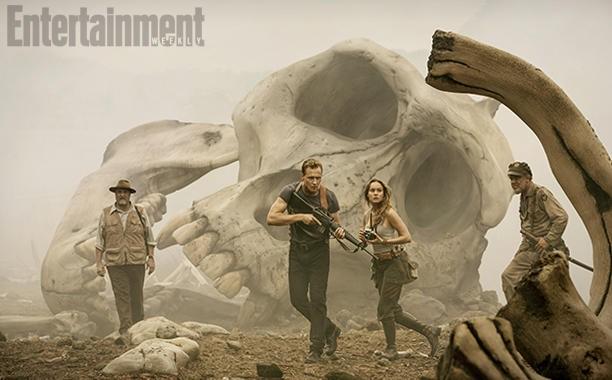 《金刚:骷髅岛》曝首张剧照 抖森持枪背对巨型头骨