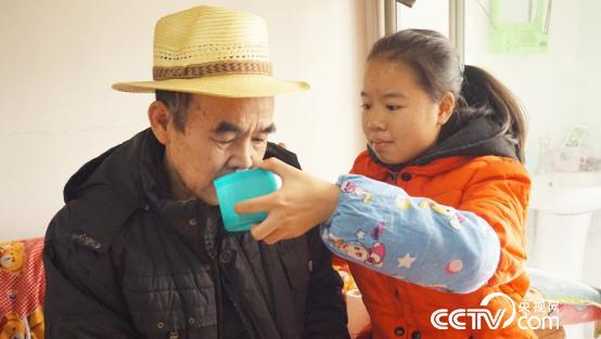 中国女生背父求学做梦广西女生感动想去女孩喜欢梦见毕业山区大学图片