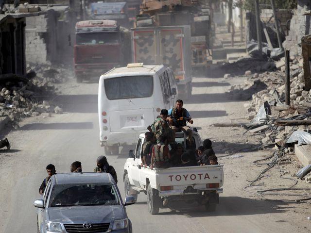10月5日,反对派武装皮卡车行进在阿勒颇市一条街道上。
