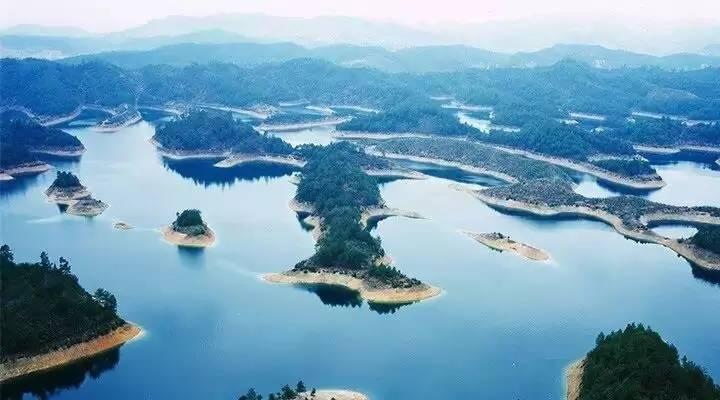 大家熟知的农夫山泉就产于千岛湖.