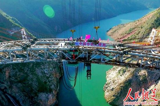 11月15日10时18分,大瑞铁路澜沧江特大桥钢管拱实现高精度合龙。 傅林海摄。