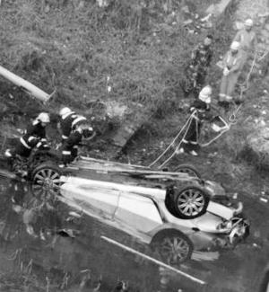 三河燕郊一辆宾利豪车撞小面包后坠河 众人设法营救