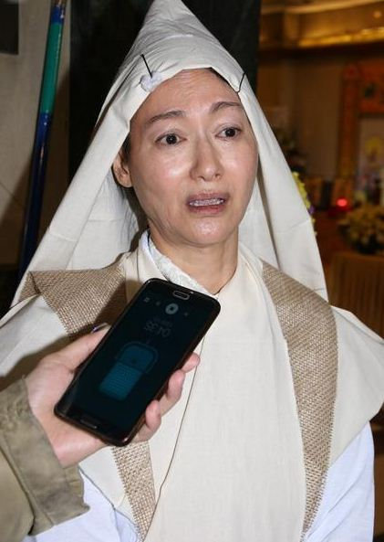 56岁惠英红为亡母设灵 披麻戴孝眼泛泪光