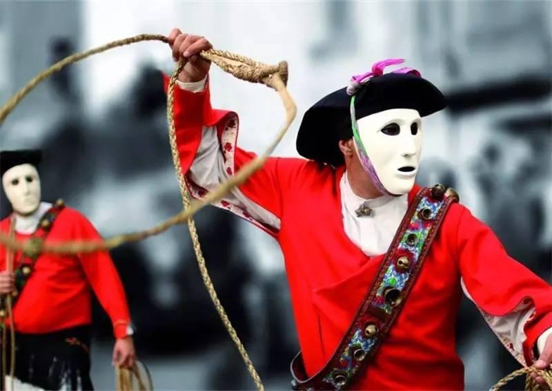 韩国人体村庄中的姑娘_戴上雪白面具的人需身着鲜艳红衣,手拿绳索专套年轻姑娘,寓意保佑