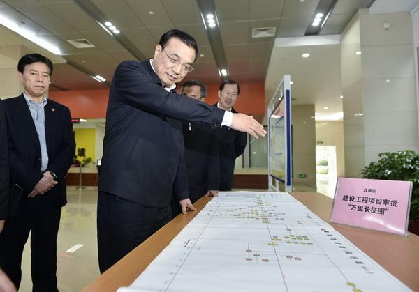 """""""2015年1月5日,李克强在广东自贸区南沙片区,指着一张长4米、"""