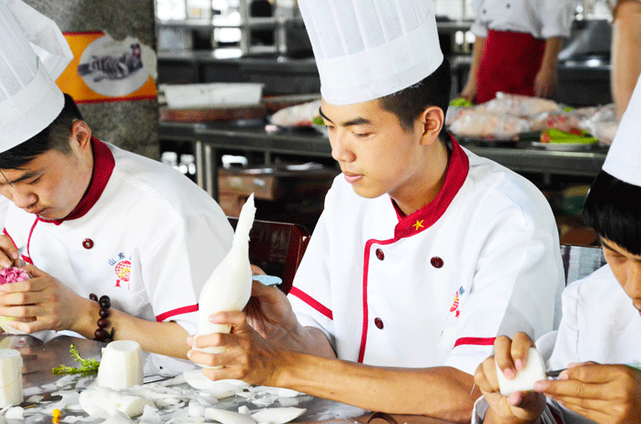 为了帮助拥有不同需求的创业者,山东蓝翔烹饪学院短期设置三个月厨师综合班、两个半月中西式糕点班、两个月中式面点班、两个月风味火锅班、一个月特色酱卤班、两个月食品雕刻班、两个月精品川菜班。长期设置两年的中级技工班、三年的高级技工班、四年的技师班。各类专业适合有梦想的创业者来学习。 2017山东蓝翔烹饪学院针对于创业者们提供了如下优惠政策: