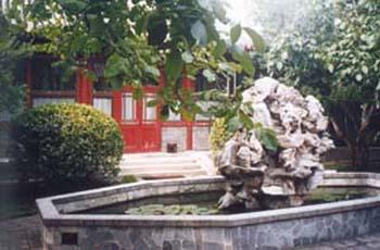 上了石阶就是胡家的小会客厅,李昭、胡耀邦在小客厅里曾会见过很多来访的客人