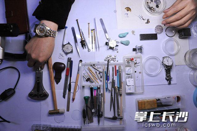 一只小小的手表,零件动辄几百,高档的多功能自动表甚至由上千零件组成,修表的精细程度可见一斑。                                                          长沙晚报记者小刘军摄