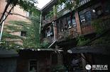 故事要从南昌市西湖区的鲁班庙社区说起,这栋上世纪50年代的苏式老建筑就是南昌孤儿院的旧址。附近的居民说,在1958年至1962年的那几年,送来这里的孩子越来越多。每天晚上,都能听到孩子们哭闹的声音。上世纪80年代,南昌市民政部门,把孤儿院搬迁至洪城路上,这栋建筑也结束了它的使命,成为了普通的民宅。虽然,这里早已是今非昔比,但从这栋房屋里走出去的孩子们的故事,却一直还在延续。