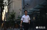 31岁的李昊,在红谷滩新区的一家银行里工作,是典型的金融精英中的一员。五年前,老家在九江的他调到南昌来工作,从老城区的银行柜员作到了现在红谷滩社区银行的片区行长。在经济发展的的黄金年代,他和红谷滩新区一起成长。