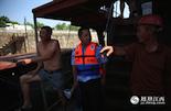 为了获取更多的信息,水警会在江面上对船只进行巡查走访。对于停靠在岸边的船家们,老刘都很熟悉。他们大多数来自周边乡镇,有些是运力船,有些是油船。有的时候,他们也能为查因提供不少有帮助的线索。