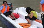"""""""那天,正好是我值班,由于事发地离我们码头很近,接警后几分钟我们就赶到了现场。""""老刘一边回忆,一边对我们说起当时的情景:""""我们看到这个女孩时,她还在水面上扑腾,我立即把船靠了过去,把她拉了上来。后来,我们还把她带回大队,给她作了思想工作,再联系她老家的亲人接她回去。"""""""