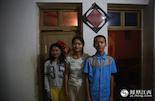 一晃眼,三姐弟都已经长大,但就在去年,李淑萍的父亲也因为癌症离开了三姐弟。完成了高考的李淑萍却没有一丝轻松和喜悦,在这个残缺的家庭面前,她的大学之路充满了未知数。