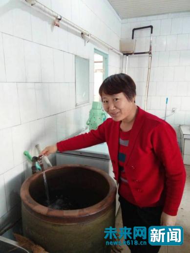 黑龙江省双鸭山集贤县福利镇东发村的村民展示新装好的自来水