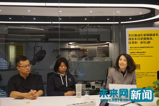 图为凤凰主播陈晓楠作为公益放映员,现场放映关注流动儿童情感教育公益纪录片《Biang Biang De》