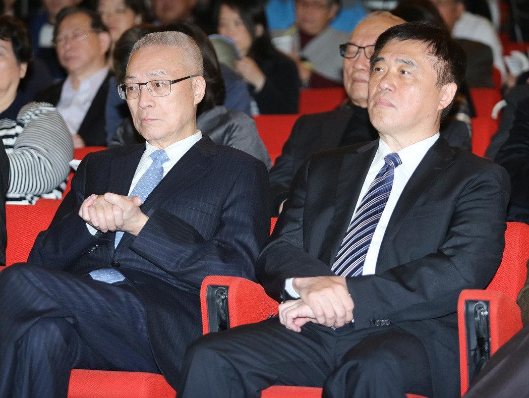 吴敦义(左)与郝龙斌(右)出席活动,两人比邻而坐。(图片取自台湾《联合报》)