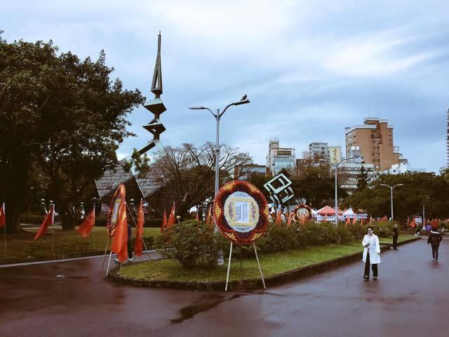 台北二二八和平公园22日下午被插满五星红旗。(台媒图)