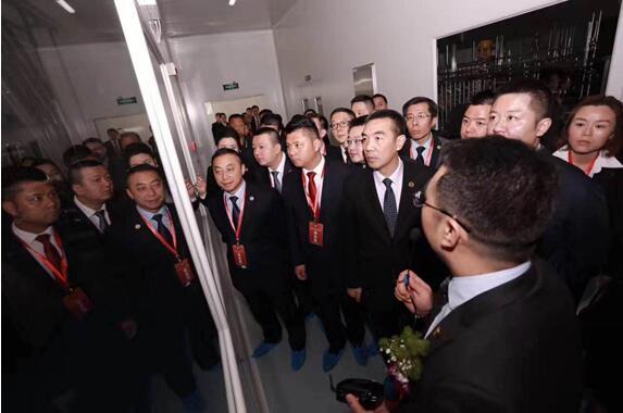 图三:红瑞集团总裁杨明国等领导视察国肽集团生产车间