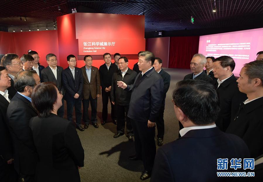 這是習近平在張江科學城展示廳同在場的科技工作者親切交談。 新華社記者李學仁攝