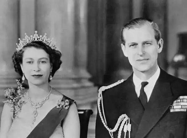 英国女王:别低头,脖子会断,王冠会掉!