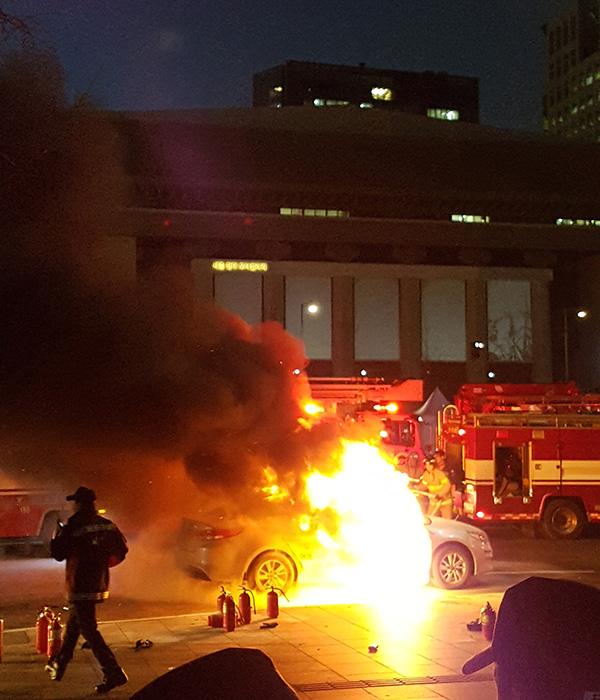 当地时间2019年1月9日,韩国首尔,因抗议韩国国内一款拼车软件,一名韩国出租车司机在靠近美国大使馆的街道自焚身亡。 视觉中国图