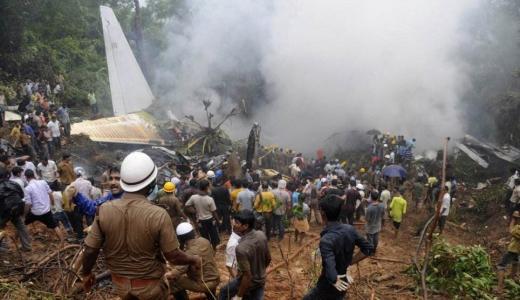 又掉了!印度一架教练机坠毁飞行员受伤