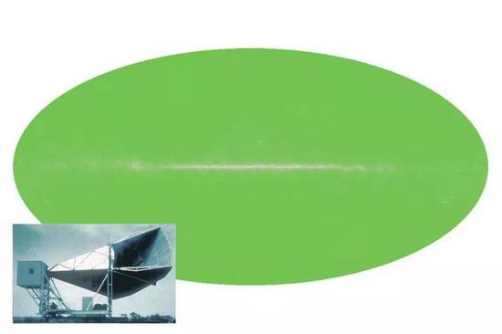"""如果微波可视,夜空看起来会像代表2.7 K的绿色椭圆形,中心的""""噪音""""是由我们较热的星系平面造成的。这种带有黑体光谱的均匀辐射就是宇宙微波背景辐射,是宇宙大爆炸余辉的证据。(图片来源:NASA / WMAP SCIENCE TEAM)"""