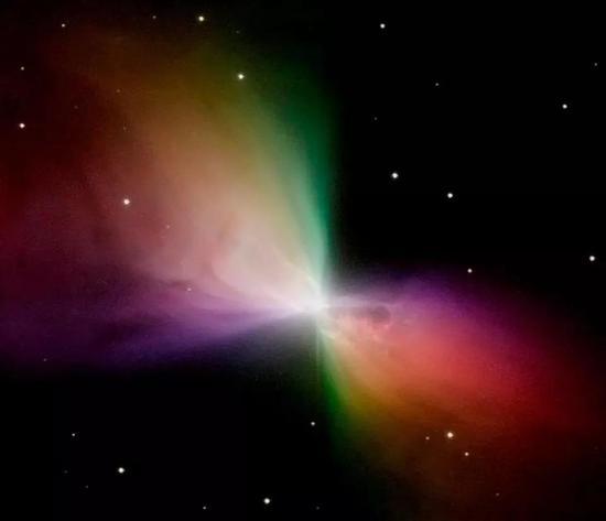 哈勃望远镜拍摄的旋镖星云彩色图像。这颗恒星喷出的气体快速膨胀,导致其在绝热状态下冷却,其内部部分区域的温度甚至低于大爆炸的余辉。(图片来源:NASA/HUBBLE/STSCI)