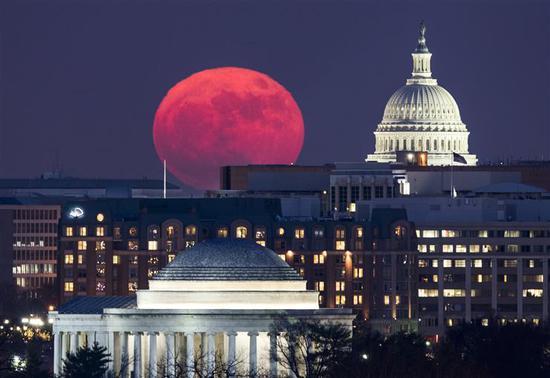 """2017年12月3日,""""超级月亮""""呈现在华盛顿国会大厦上空。新华社/欧新"""