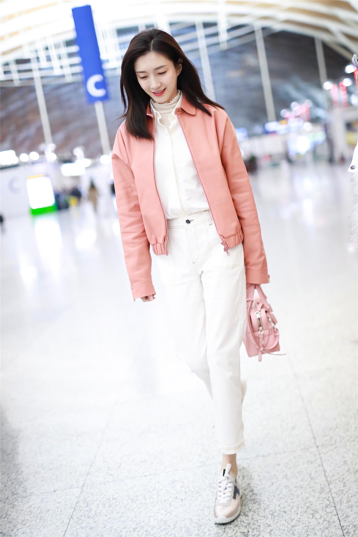 江疏影变身行走的粉红少女!
