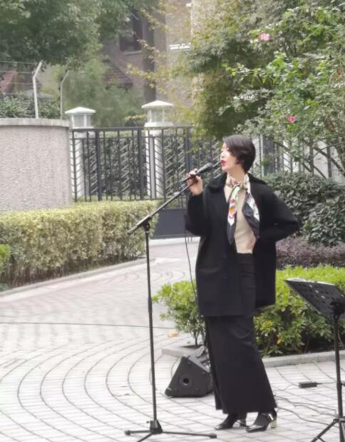 李亚鹏女友近照气质优雅 现身街头唱歌嗓音动听: