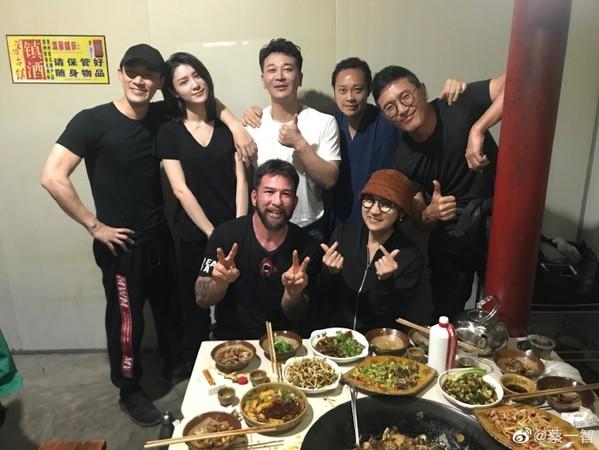 蔡一智PO出剧组聚餐照,林和女友(后排左一、左二)穿情侣装出席。