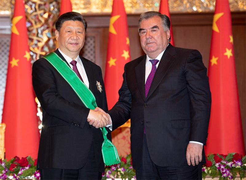 """6月15日,国家主席习近平在杜尚别出席仪式,接受塔吉克斯坦总统拉赫蒙授予""""王冠勋章""""。新华社记者沙达提摄"""