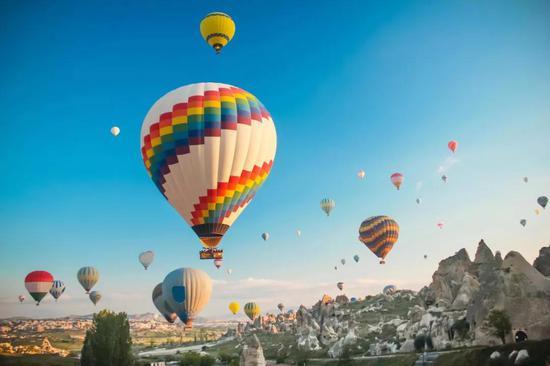 """""""浪漫的土耳其""""的热气球(图片来源:veer图库)"""